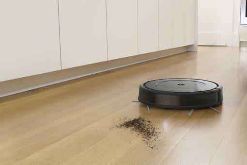 Povysáva prach, špinu aj väčšie nečistoty z pevných podláh a kobercov